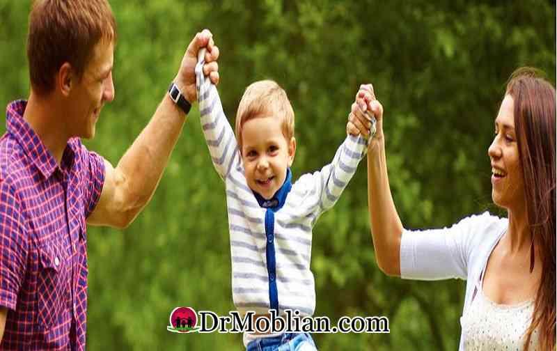 کودک نافرمان در کنار خانواده